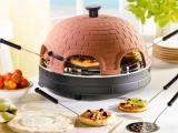 Pizza gourmet, pizza's bakken aan tafel