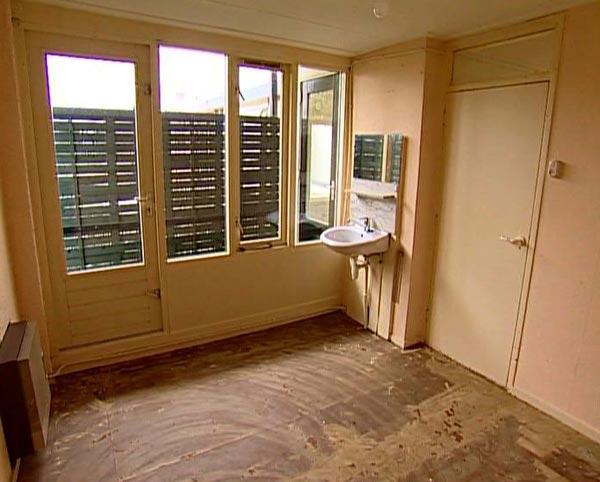 de hoofdkleur van de slaapkamer wordt blauw met een engels romantische uitstraling deze stijl komt ook terug in de lambrisering en het sanitair