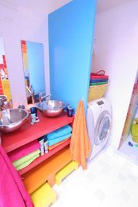 Een kinderbadkamer vol kleur - Wat kleur aan een badkamer ...