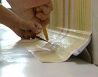 Behang afsnijden plint