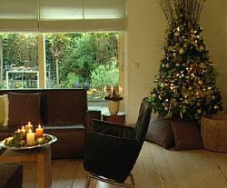 Kerstdecoratie stapelkrans en kaarsenschaal for Huis gezellig maken